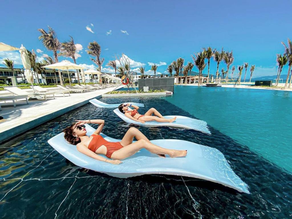 Tận hưởng giây phút thư giãn một cách trọn vẹn và thoải mái với dịch vụ hồ bơi của ALMA Nha Trang